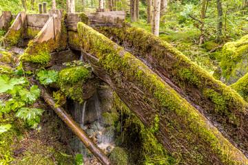 Holzrinne als Zuflauf für eine alte Mühle