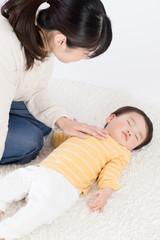 赤ちゃん、寝かす、親子、母、カーペット
