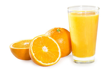 Orangensaft Orangen Glas mit Saft Stillleben vor Weiß