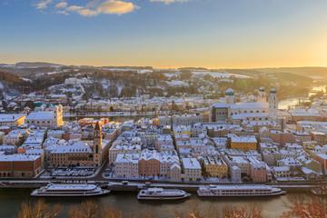 Letzte Sonnenstrahlen über dem verschneiten Passau