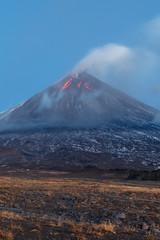 Fond de hotte en verre imprimé Volcan Volcanic landscape of Kamchatka: eruption Klyuchevskoy Volcano, lava flows on slope of volcano; plume of gas, steam, ash from crater. Kamchatka Peninsula, Russia, Klyuchevskaya Group of Volcanoes.