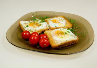Breakfast scrambled eggs on toast, cherry tomatoes, яичница на хлебе,