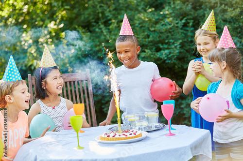 kinder feiern kindergeburtstag stockfotos und lizenzfreie bilder auf bild 136841928. Black Bedroom Furniture Sets. Home Design Ideas