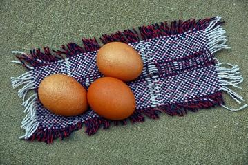 Куриные яйца на шерстяном коврике