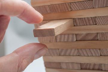 concept risque avec jeu de construction en bois