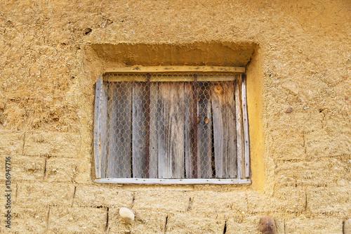 Ventana de tablas de madera vieja casa de adobe o barro - Rejillas de barro ...
