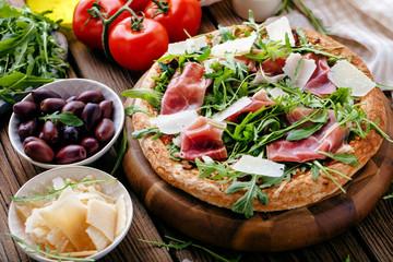 Frische Pizza mit Schincken und Rucolla