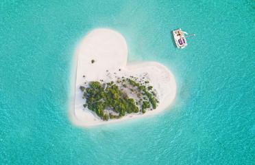 Obraz Tropical island in heart shape - fototapety do salonu