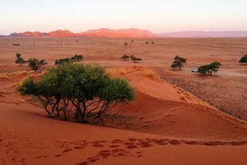 Sonnenuntergang in den Dünen bei Sesriem mit Blick auf das Naukluft-Gebirge, Namibia