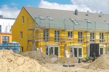 Baustelle - Gelbes Reihenhaus