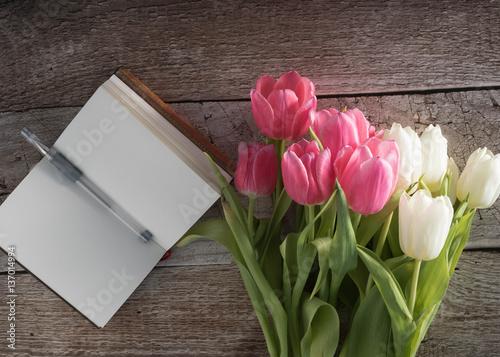 wei e und rosa tulpen mit notizbuch und stift auf. Black Bedroom Furniture Sets. Home Design Ideas
