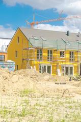 Baustelle - Gelbes Reihenhaus hochkant