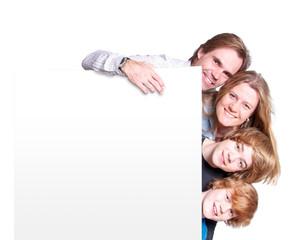 Familie mit weißem Schild – freie Werbefläche