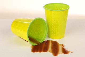 Plastikbecher mit verschüttetem Kaffee