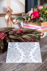 композиция с сухими цветами и поздравительной открыткой