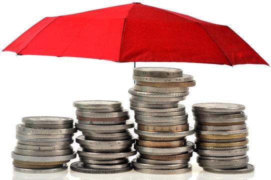 Piles de pièces de monnaie sous un parapluie