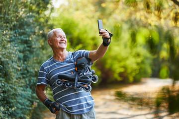 Vitaler Senior macht ein Selfie