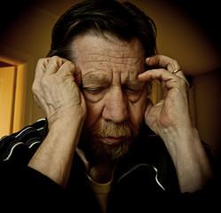 Uomo anziano, depressione, tristezza.