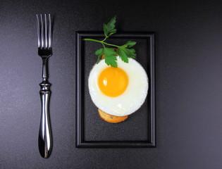 яичница с  петрушкой на белом хлебе
