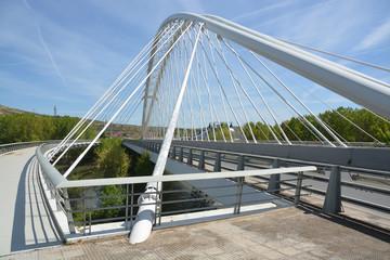 puente metálico de arquitectura moderna