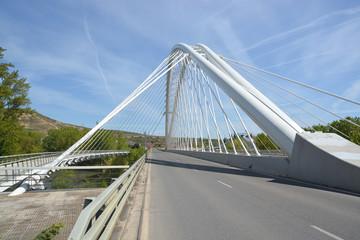 carretera bajo un puente colgante