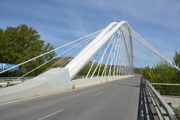 carretera sobre un puente colgante