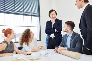 Business Team sucht Lösung im Meeting