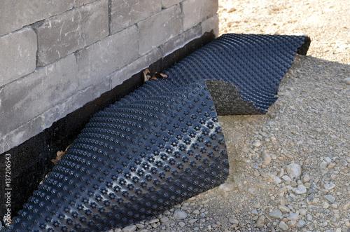 abdichtung bei haus mauer stockfotos und lizenzfreie bilder auf bild 137206543. Black Bedroom Furniture Sets. Home Design Ideas