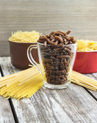 Many types of dry pasta in the cups