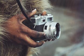 femme noire africaine avec appareil photos vintage