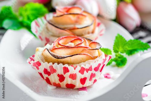 kleine kuchen aus apfel und bl tterteig in form einer rose apfelrose cupcake imagens e fotos. Black Bedroom Furniture Sets. Home Design Ideas