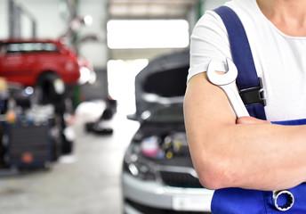Autoreparatur in einer Werkstatt // Car repair in a workshop