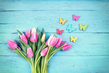 Frühling - frische Tulpen mit Schmetterlingen