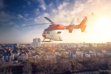Helikopter über einer Stadt