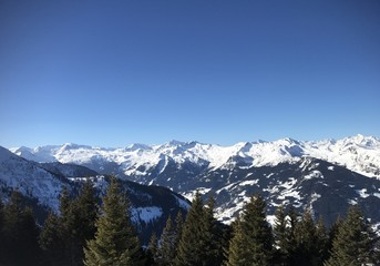 Kaiserwetter in den Salzburger Alpen - schneebedeckte Gipfel