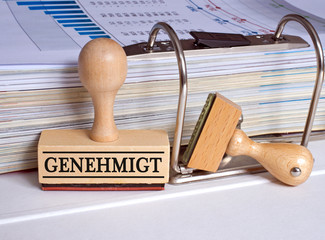 Genehmigt Stempel im Büro mit Ordner - Antrag und Bürokratie