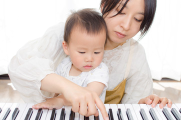 赤ちゃんとママでピアノ