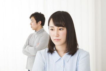 感情 カップル 男女 喧嘩 浮気 過ち 別れる 離婚 暗い 室内