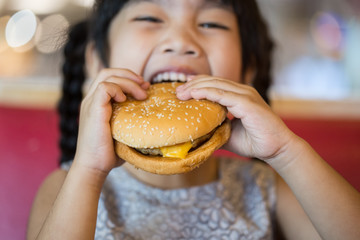 Children eat chicken cheese Hamburger Food Court