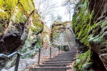 Treppe zwischen den Felsen des Elbsandsteingebirges in der sächsischen Schweiz in Deutschland
