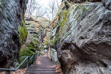 Steile Treppe zwischen den Felsen des Elbsandsteingebirges in der sächsischen Schweiz in Deutschland