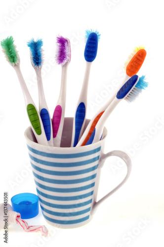 Gobelet avec de vieilles brosses dents - Gobelet brosse a dent ...