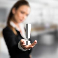 Geschäftsfrau präsentiert Lösung