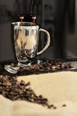 Ein frischer Kaffee - Kaffeevollautomat mit Kaffeebohnen