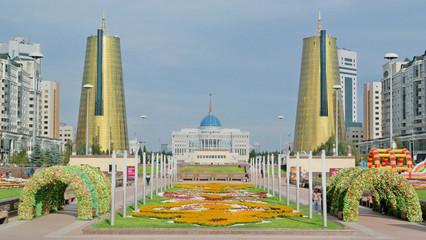 Am Ende des ultramodernen Nurzhol Boulevards im Zentrum von Astana (Kasachstan) thront der Präsidentenpalast