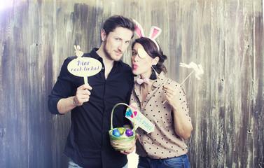 Pärchen gemeinsam beim Ostern feiern