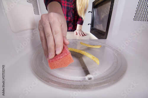 how to clean sponge microwave