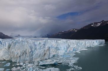 Gletscher mit Wolken am Himmel