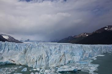 Gletscher in Argentinien mit Wolkendecke