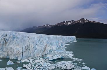 Gletscher mit Eisschollen in Argentinien